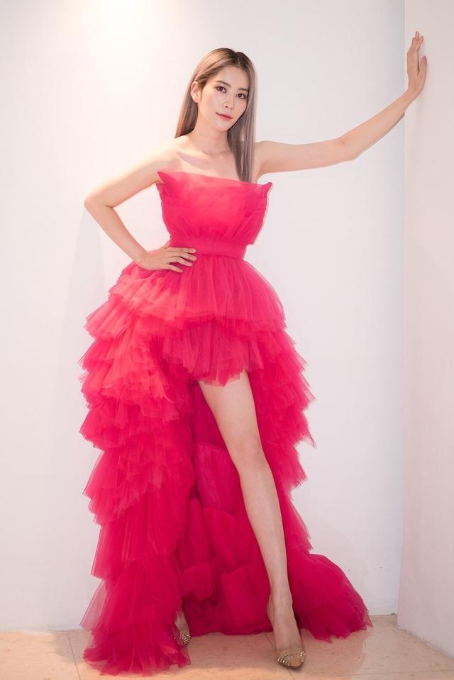 Hoa hậu Hoàn vũ 2011 diện váy cảm hứng hoa sen của nhà thiết kế Việt - 9