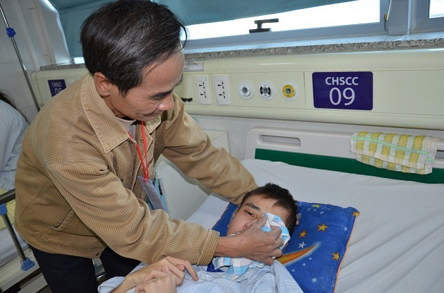 Bác sĩ viện Bạch Mai kêu gọi mạnh thường quân cứu chàng trai mắc tim bẩm sinh - 2