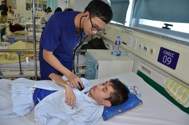 Bác sĩ viện Bạch Mai kêu gọi mạnh thường quân cứu chàng trai mắc tim bẩm sinh - 4