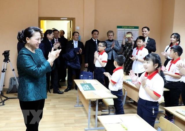 Chủ tịch Quốc hội thăm lớp học tiếng Việt tại thủ đô của Belarus - 2