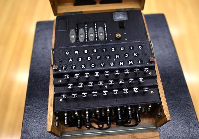 Máy mật mã hiếm có của Đức Quốc xã được bán đấu giá hơn 2,4 tỷ đồng - 1