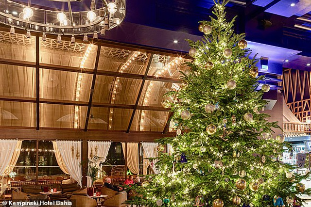Chiêm ngưỡng cây thông Noel đắt nhất thế giới trị giá hơn 367 tỷ đồng - 1
