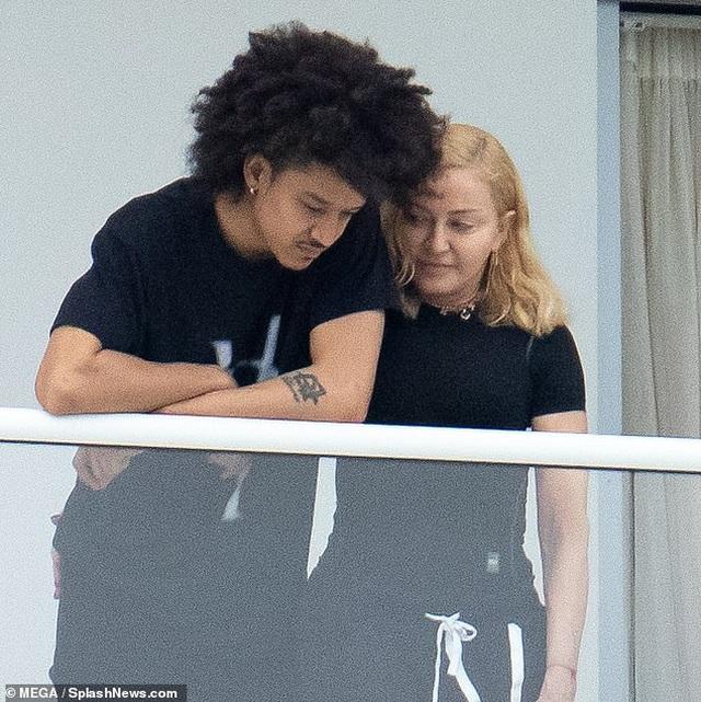 Madonna thân thiết bên bạn trai tin đồn kém 35 tuổi - 2