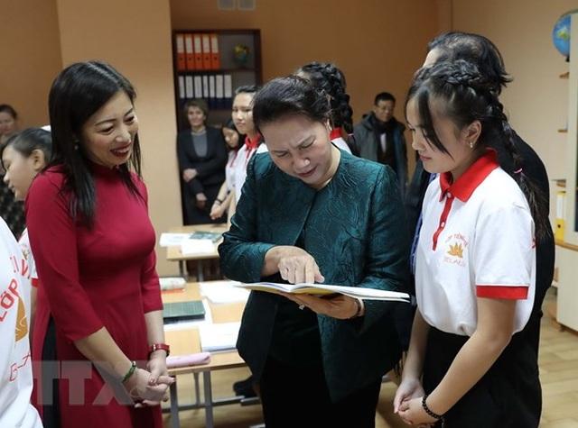 Chủ tịch Quốc hội thăm lớp học tiếng Việt tại thủ đô của Belarus - 3