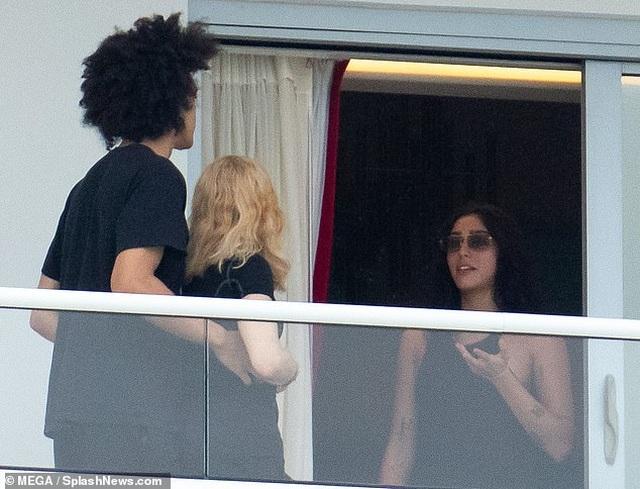 Madonna thân thiết bên bạn trai tin đồn kém 35 tuổi - 6