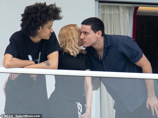 Madonna thân thiết bên bạn trai tin đồn kém 35 tuổi - 5