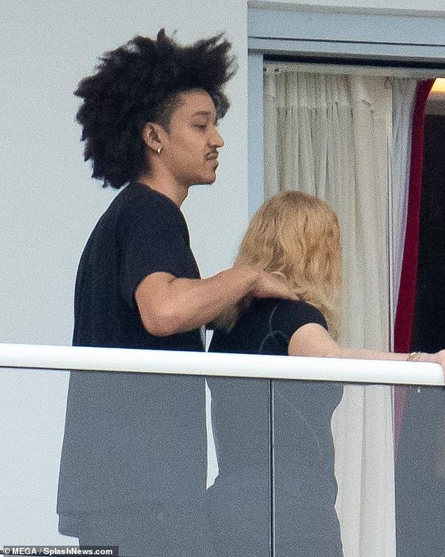 Madonna thân thiết bên bạn trai tin đồn kém 35 tuổi - 3