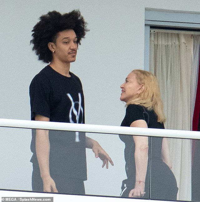 Madonna thân thiết bên bạn trai tin đồn kém 35 tuổi - 4