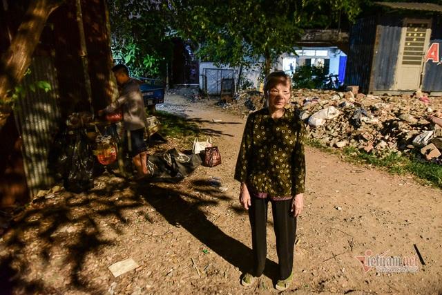 Chàng trai nghèo chở mẹ đi nhặt phế liệu khắp Sài Gòn - 9