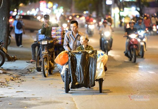Chàng trai nghèo chở mẹ đi nhặt phế liệu khắp Sài Gòn - 11