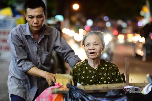 Chàng trai nghèo chở mẹ đi nhặt phế liệu khắp Sài Gòn - 12