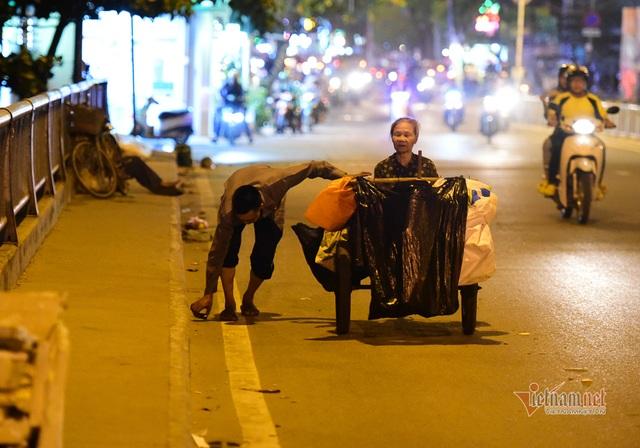 Chàng trai nghèo chở mẹ đi nhặt phế liệu khắp Sài Gòn - 13