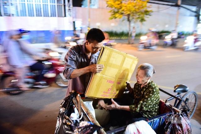 Chàng trai nghèo chở mẹ đi nhặt phế liệu khắp Sài Gòn - 14