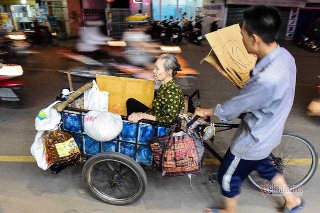 Chàng trai nghèo chở mẹ đi nhặt phế liệu khắp Sài Gòn - 15