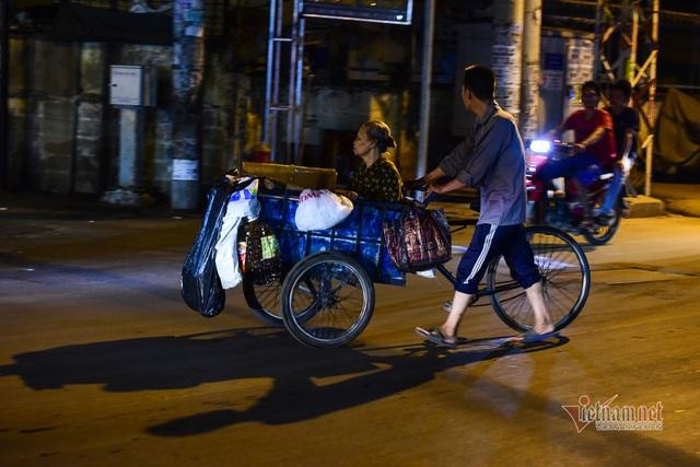 Chàng trai nghèo chở mẹ đi nhặt phế liệu khắp Sài Gòn - 16