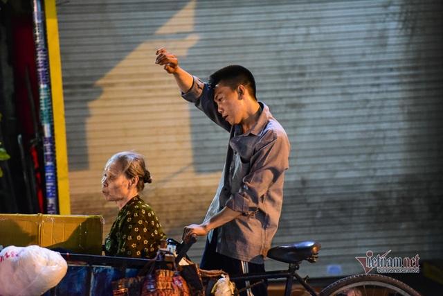 Chàng trai nghèo chở mẹ đi nhặt phế liệu khắp Sài Gòn - 17