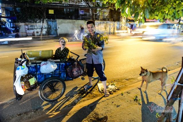 Chàng trai nghèo chở mẹ đi nhặt phế liệu khắp Sài Gòn - 18