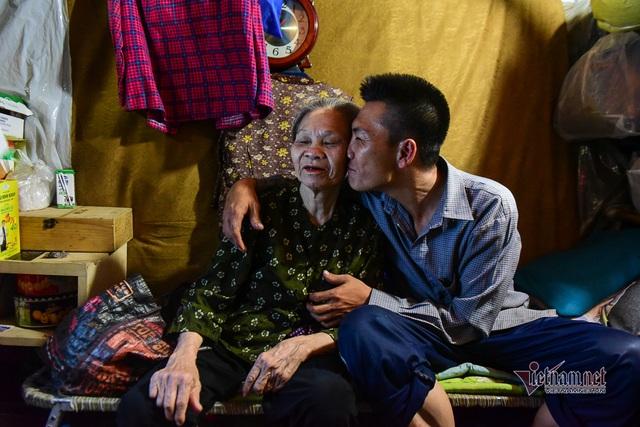 Chàng trai nghèo chở mẹ đi nhặt phế liệu khắp Sài Gòn - 1