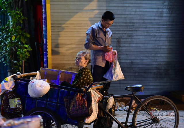 Chàng trai nghèo chở mẹ đi nhặt phế liệu khắp Sài Gòn - 20