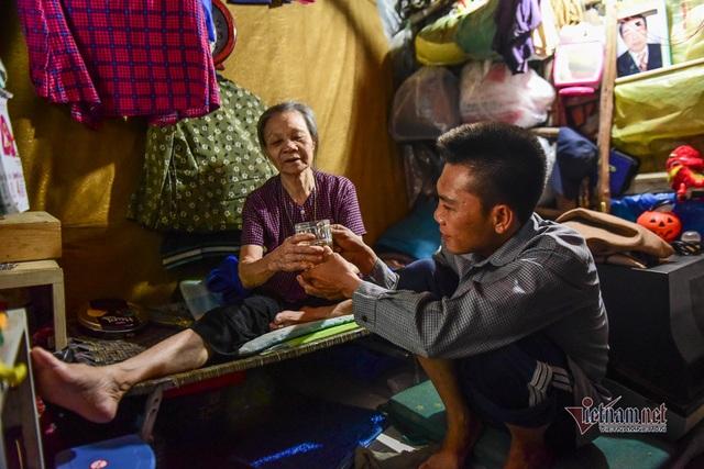Chàng trai nghèo chở mẹ đi nhặt phế liệu khắp Sài Gòn - 2