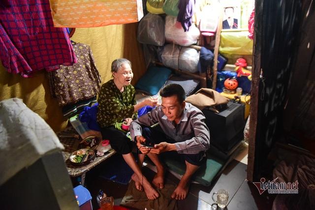 Chàng trai nghèo chở mẹ đi nhặt phế liệu khắp Sài Gòn - 3