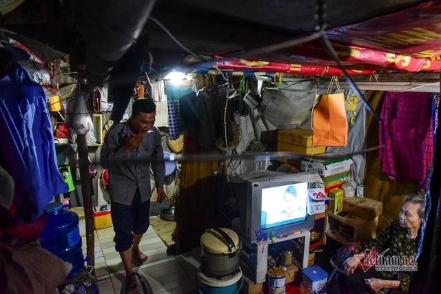 Chàng trai nghèo chở mẹ đi nhặt phế liệu khắp Sài Gòn - 4