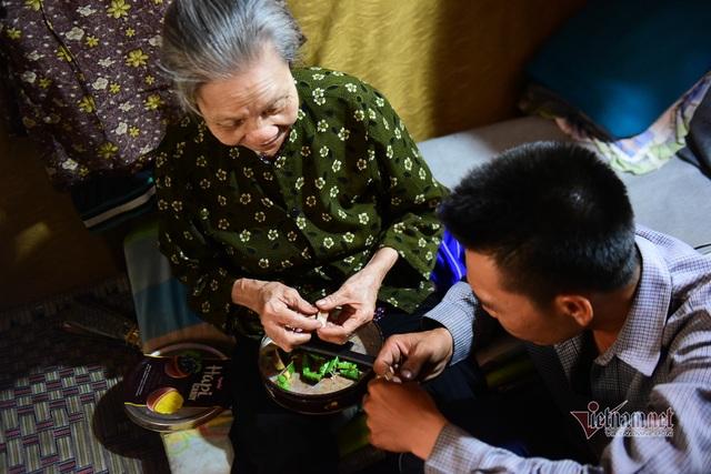 Chàng trai nghèo chở mẹ đi nhặt phế liệu khắp Sài Gòn - 5