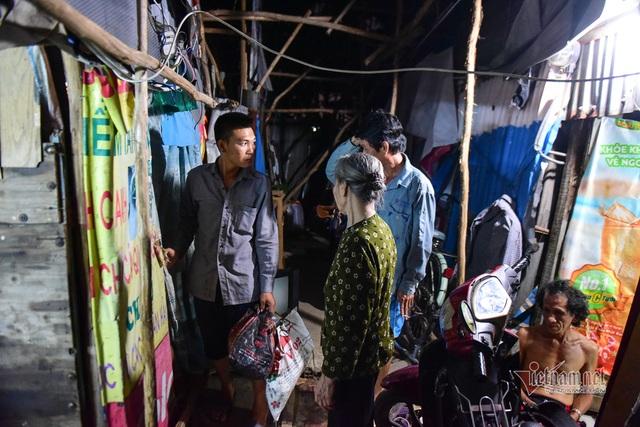 Chàng trai nghèo chở mẹ đi nhặt phế liệu khắp Sài Gòn - 7