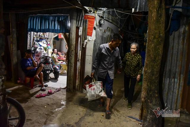 Chàng trai nghèo chở mẹ đi nhặt phế liệu khắp Sài Gòn - 8