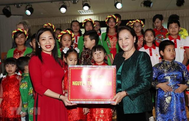 Chủ tịch Quốc hội thăm lớp học tiếng Việt tại thủ đô của Belarus - 1
