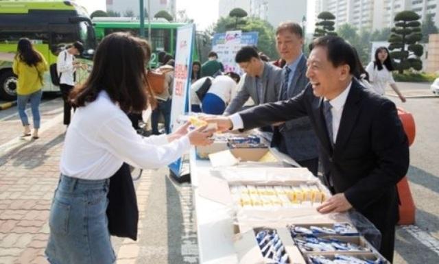 Hàn Quốc: Hiệu trưởng tự tay tặng bánh và đồ uống cho sinh viên - 2