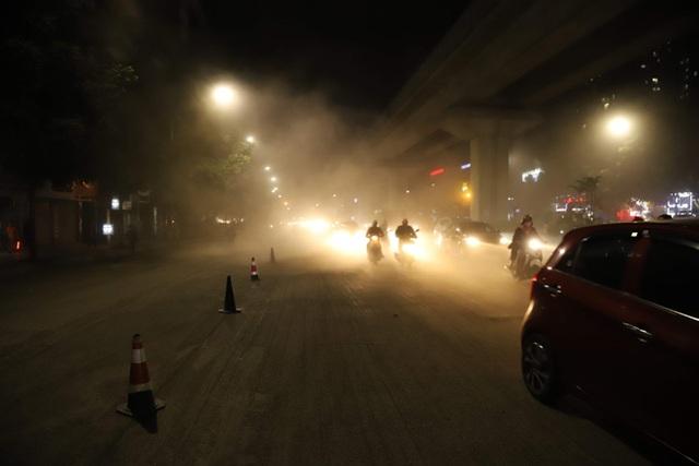 Công nhân thi công đường Nguyễn Trãi thản nhiên thổi bụi vào người tham gia giao thông - 8