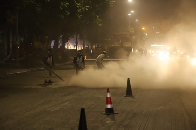 Công nhân thi công đường Nguyễn Trãi thản nhiên thổi bụi vào người tham gia giao thông - 4