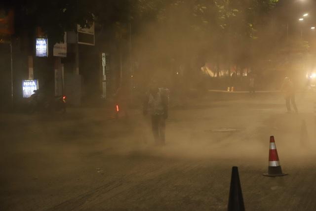 Công nhân thi công đường Nguyễn Trãi thản nhiên thổi bụi vào người tham gia giao thông - 5
