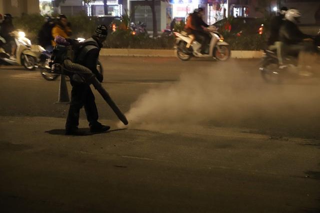 Công nhân thi công đường Nguyễn Trãi thản nhiên thổi bụi vào người tham gia giao thông - 6