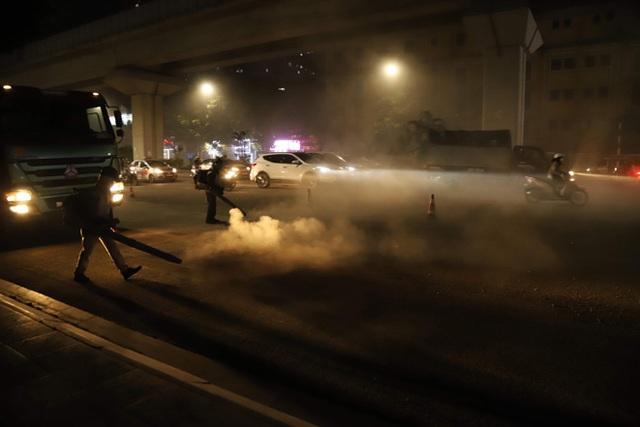 Công nhân thi công đường Nguyễn Trãi thản nhiên thổi bụi vào người tham gia giao thông - 7