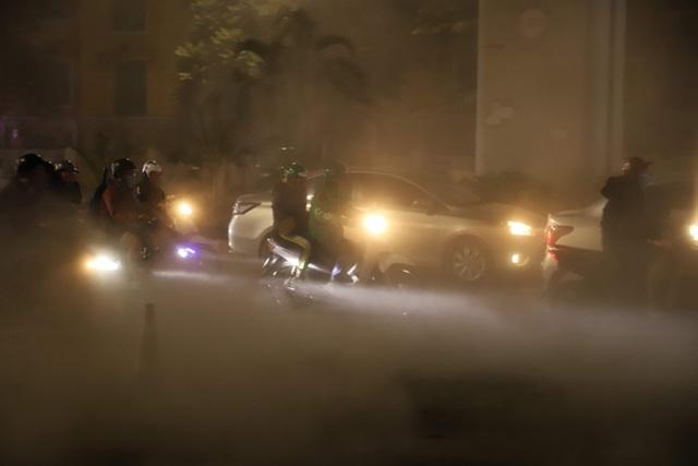 Công nhân thi công đường Nguyễn Trãi thản nhiên thổi bụi vào người tham gia giao thông - 3