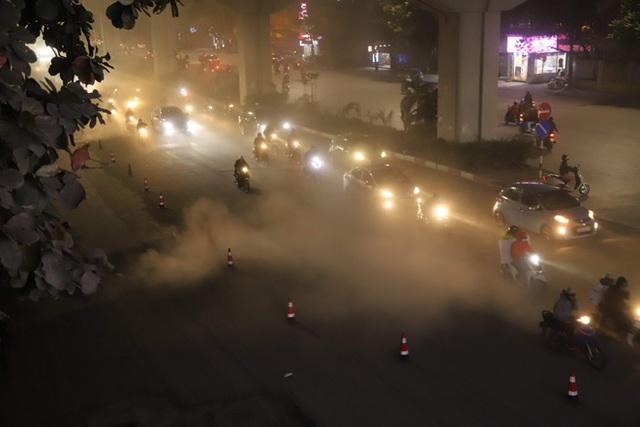 Công nhân thi công đường Nguyễn Trãi thản nhiên thổi bụi vào người tham gia giao thông - 1