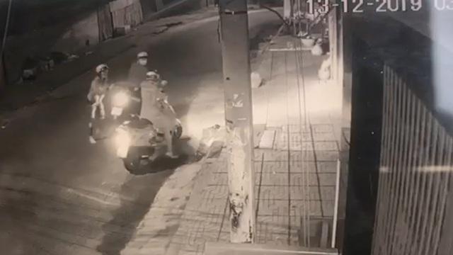 Người phụ nữ bị xịt hơi cay cướp xe máy lúc rạng sáng - 1