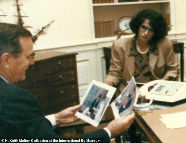Khoảnh khắc trùm cải trang CIA lột mặt nạ trước mặt cựu tổng thống Mỹ - 2