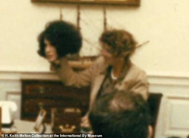 Khoảnh khắc trùm cải trang CIA lột mặt nạ trước mặt cựu tổng thống Mỹ - 1