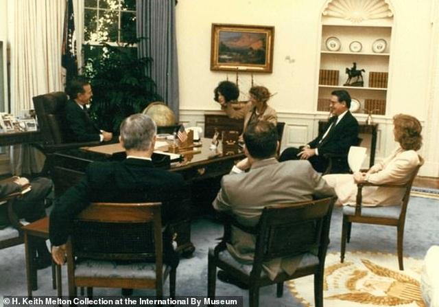 Khoảnh khắc trùm cải trang CIA lột mặt nạ trước mặt cựu tổng thống Mỹ - 3