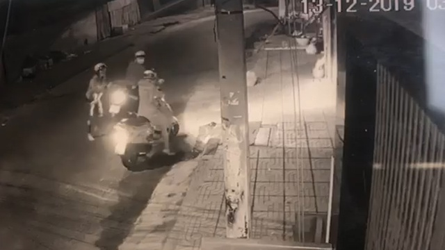 Bắt 2 thanh niên xịt hơi cay cướp xe máy táo tợn ở TPHCM