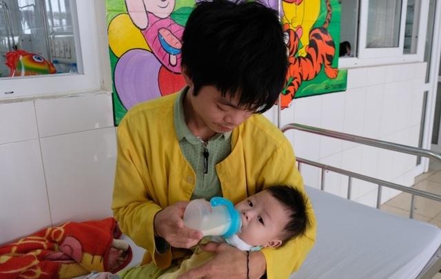 Rơi nước mắt cảnh bé 5 tháng tuổi mồ côi mẹ quằn quại vì bệnh tật - 1