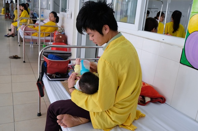 Rơi nước mắt cảnh bé 5 tháng tuổi mồ côi mẹ quằn quại vì bệnh tật - 2