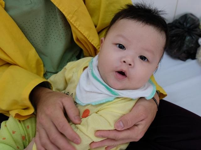 Rơi nước mắt cảnh bé 5 tháng tuổi mồ côi mẹ quằn quại vì bệnh tật - 3