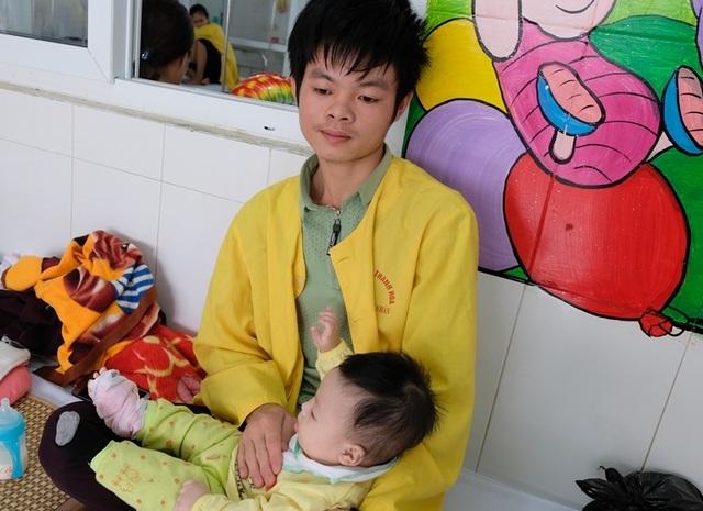 Rơi nước mắt cảnh bé 5 tháng tuổi mồ côi mẹ quằn quại vì bệnh tật - 4