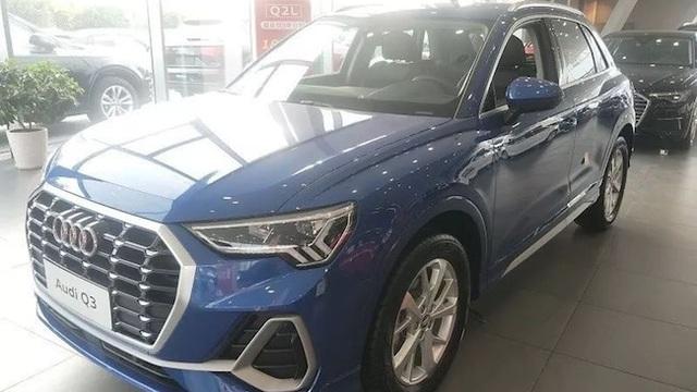 Bố mẹ mải xem xe, con gái 3 tuổi cào xước 10 chiếc Audi trong đại lý - 2