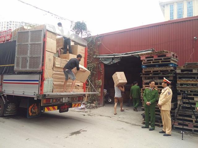 Cảnh sát phát hiện hơn 20 tấn hàng nhập lậu trên cao tốc Hà Nội - Lào Cai - 1