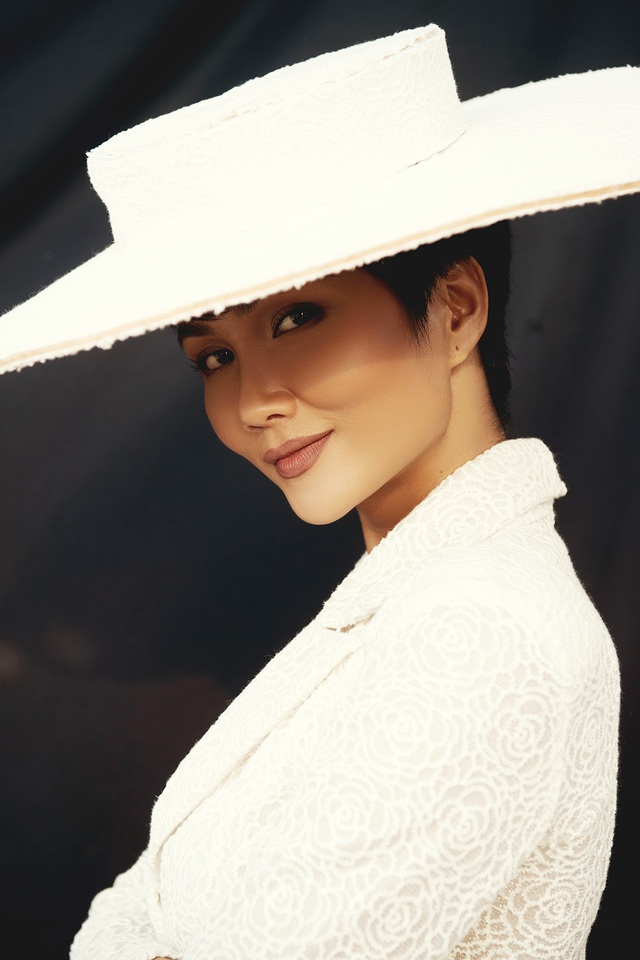 H'Hen Niê gây sốc với bộ ảnh nam tính kỷ niệm 1 năm thi Hoa hậu Hoàn vũ Thế giới - 9
